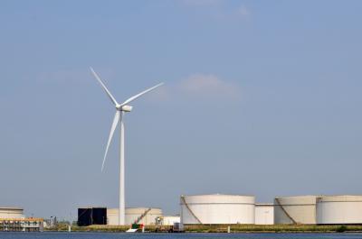 Windturbine en brandstofsilo